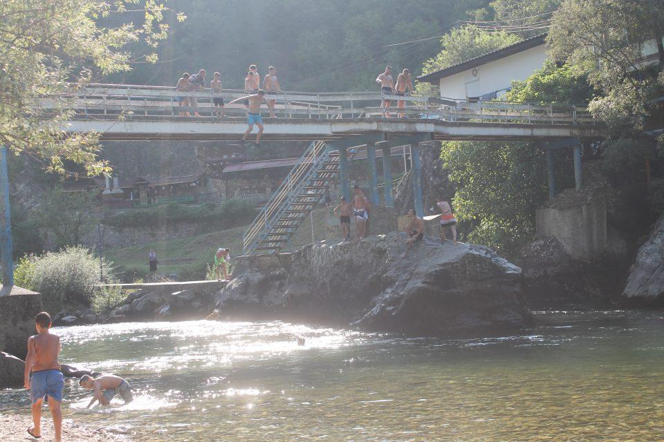 Matka Canyon, i bambini si tuffano dal ponte - macedonia del nord