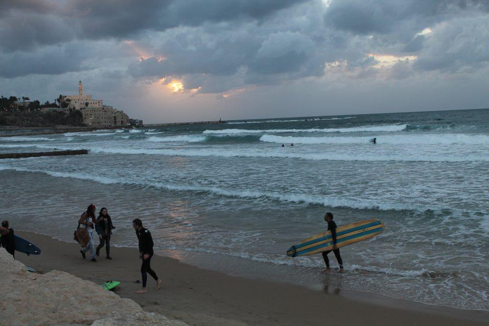 Surf sulle spiagge di Tel Aviv