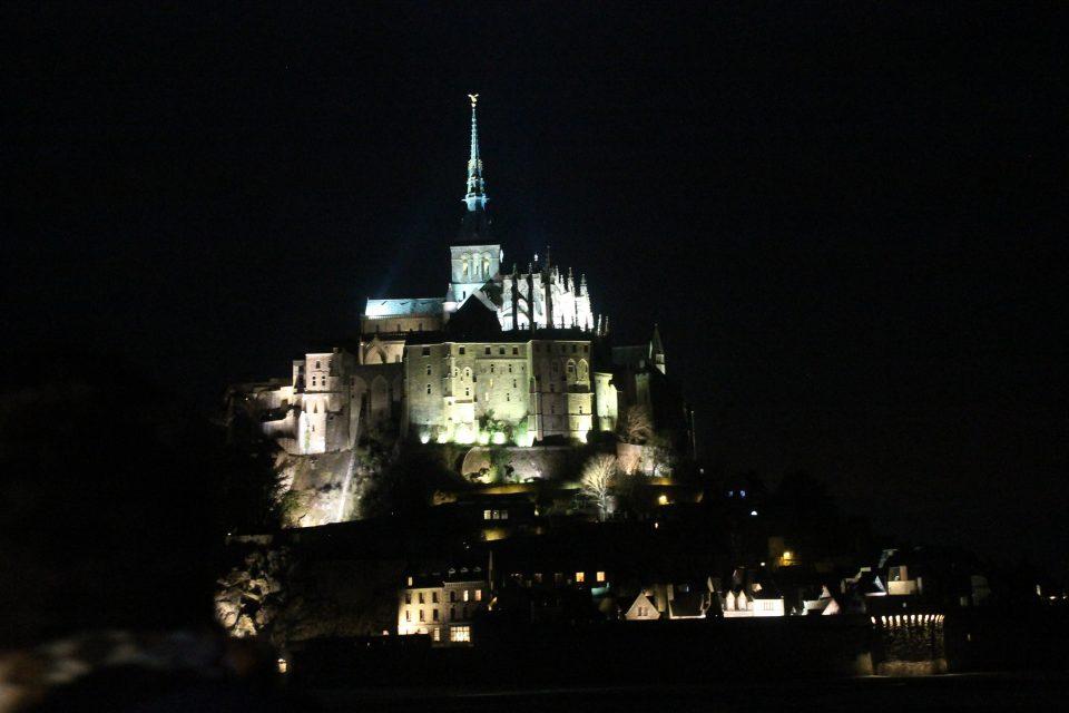 Mont Saint Michel di notte