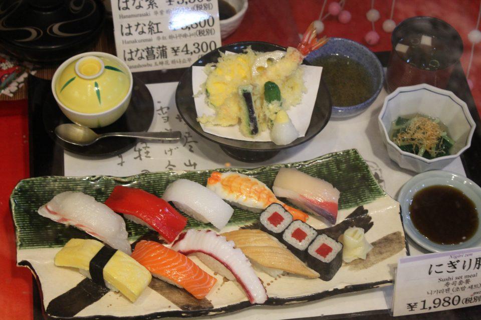 giro del mondo in 5 piatti Giappone - vetrina di un ristorante, Kyoto