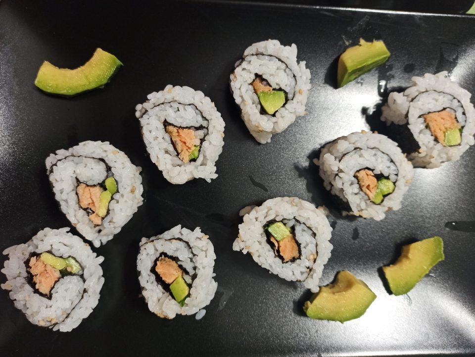 Roll con avocado e salmone cotto giro del mondo in 5 piatti sushi