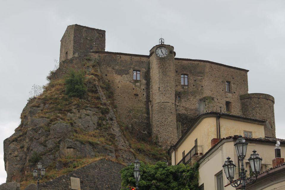 Castello di Oriolo Calabria lungo la 106 Jonica