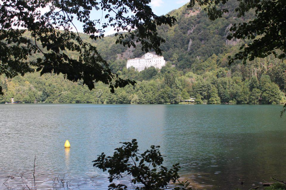 Laghi di Monticchi, vista Abbazia ph. @poshbackpackers