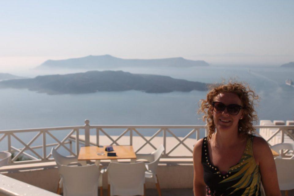 Un aperitivo speciale a Santorini ph. @poshbackpackers
