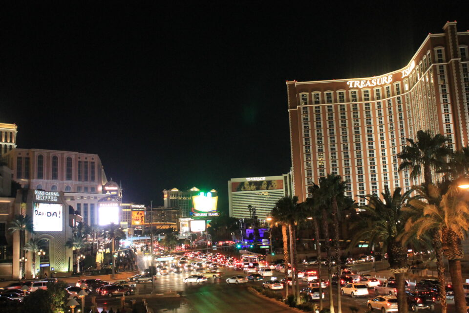 Strip Las Vegas di notte ph. @poshbackpackers