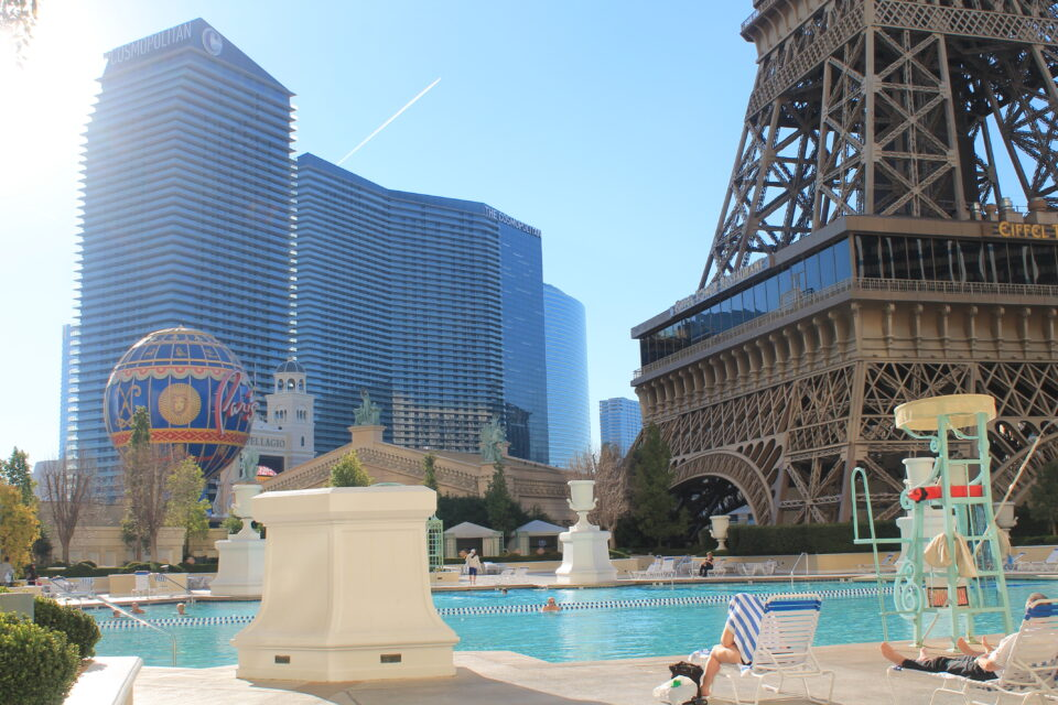 Piscina Paris Las Vegas ph. @poshbackpackers