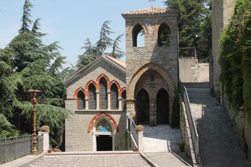 Ingresso della Grotta di San Michele e chiesa - weekend in daunia